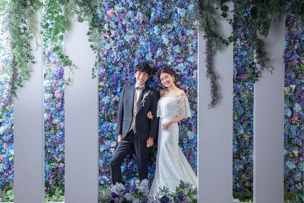 スタイリッシュな人気のチャペルにお花の壁が登場!