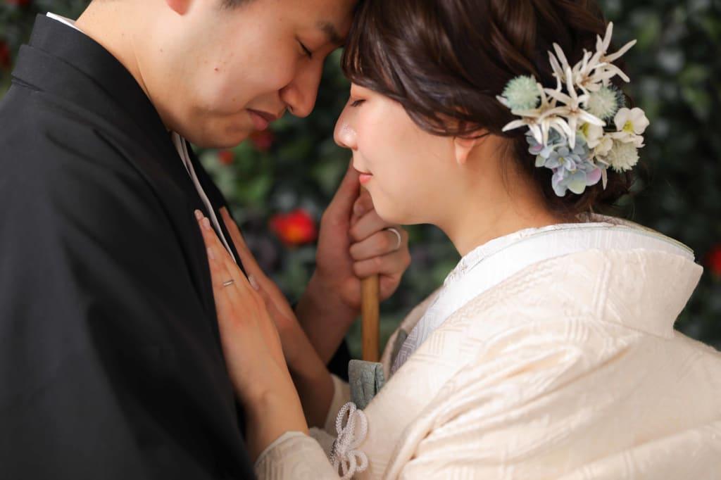 椿前でのロマンチックショット