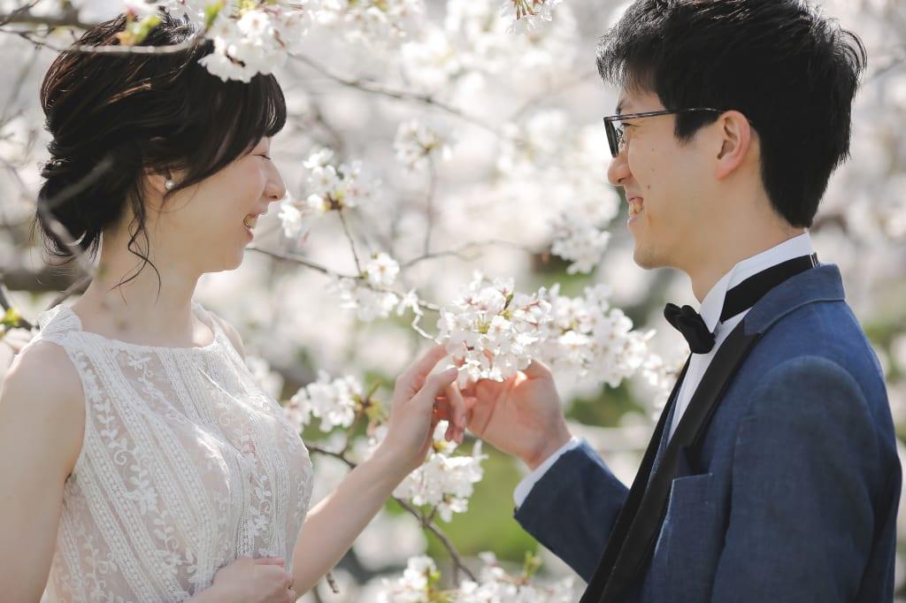 満開の桜に包まれて。おふたりの表情といい、優しい空気感が写ったように思います。