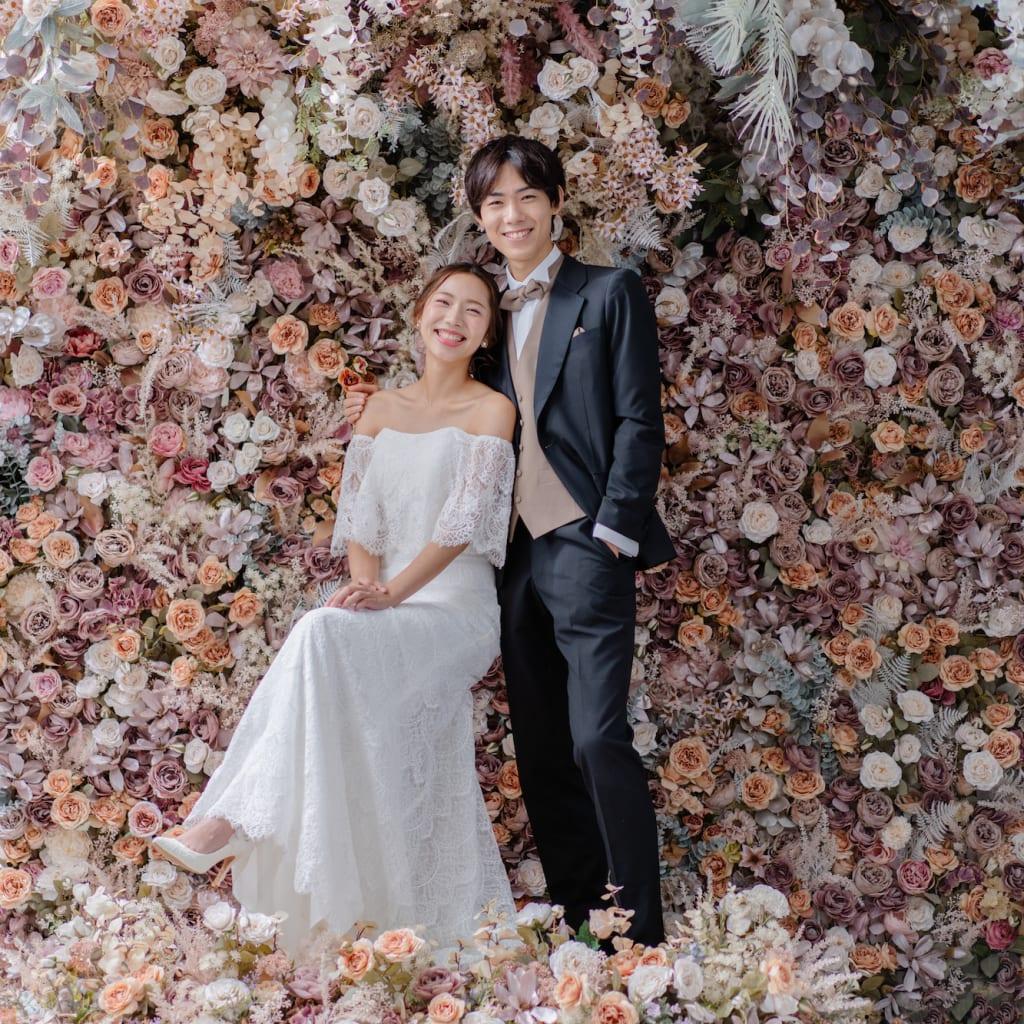 一面お花の壁が登場! 洋館風の立川店スタジオで撮影する洋装ウェディングフォトプラン