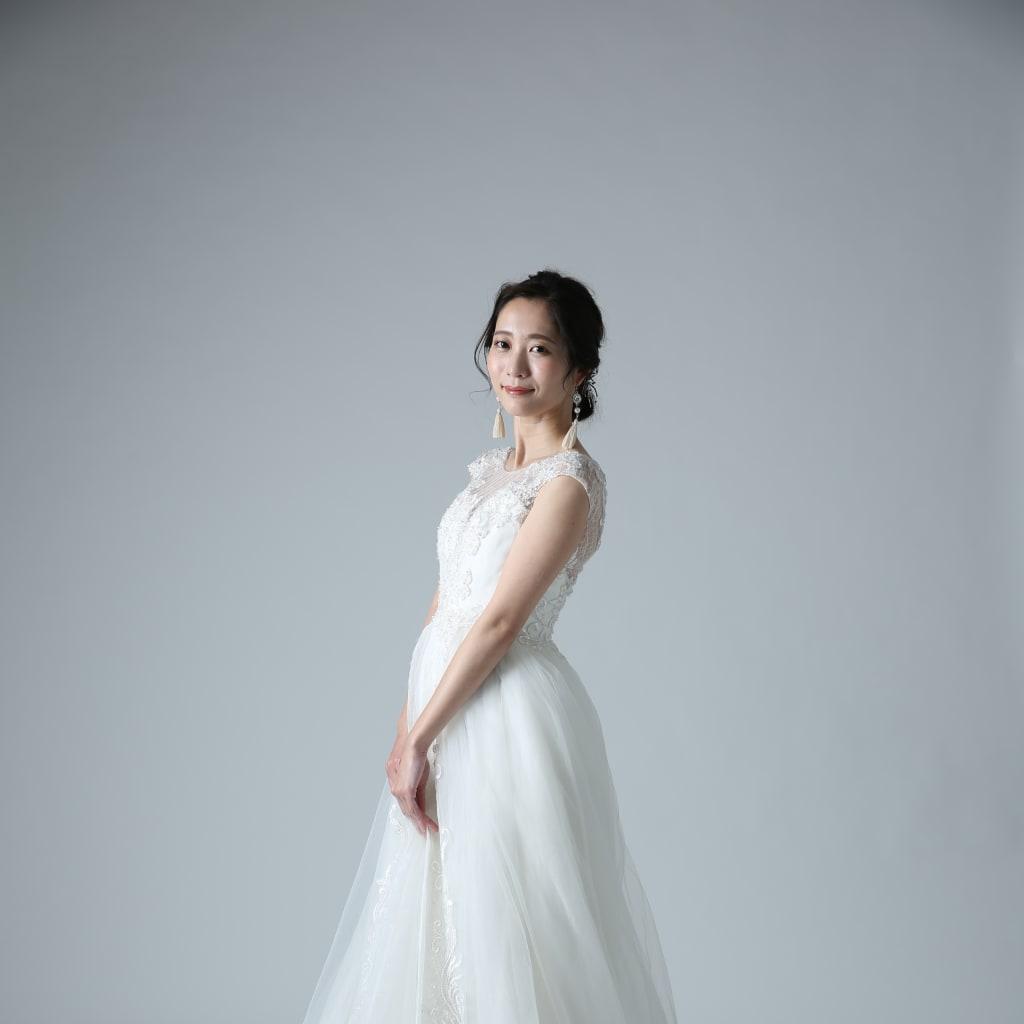 知的でドラマティックなウエディングドレスでフォトジェニックな一枚を