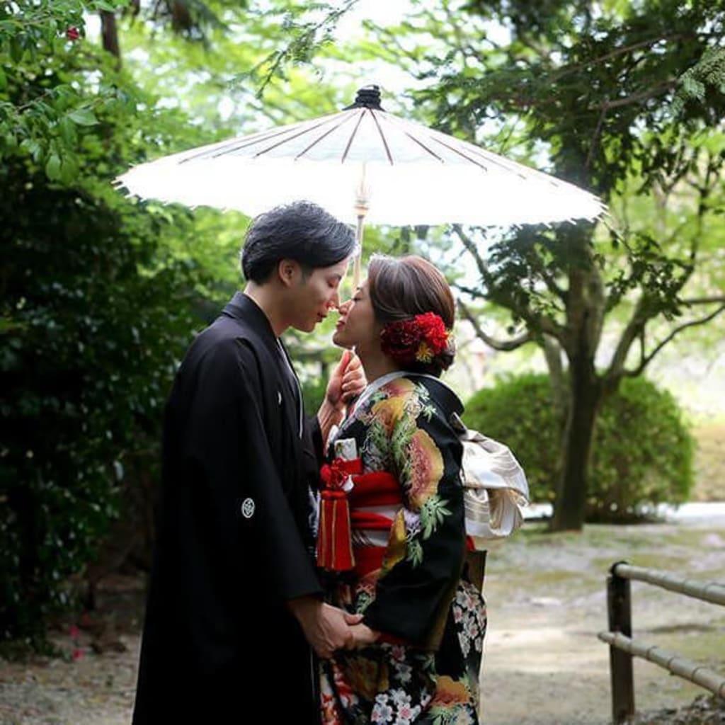 桜の頃、静かな寺院の中で