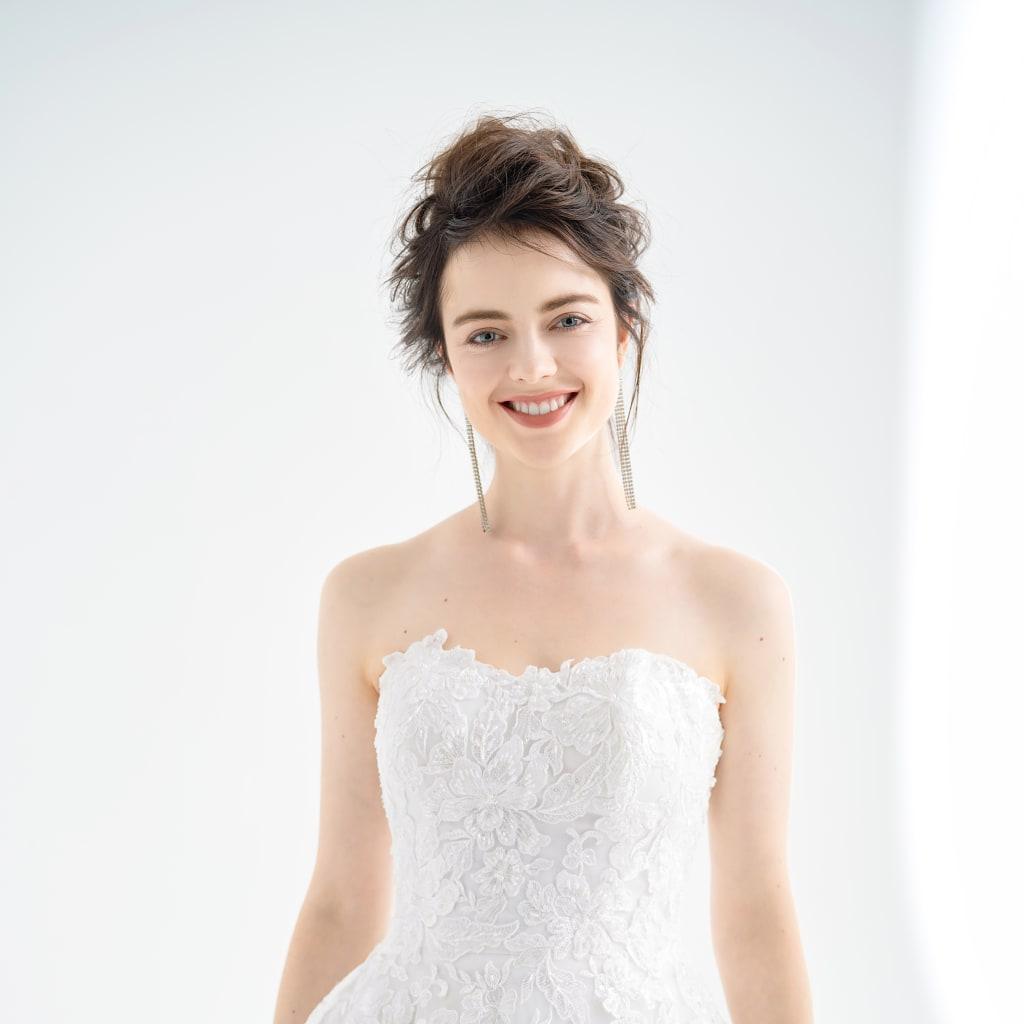 憧れのホワイトドレスは繊細なレースが魅力的