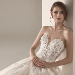 上質な煌めきを纏うウエディングドレス