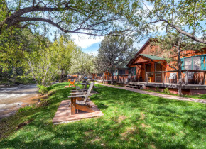 Exterior view of Colorado Bear Creek Cabins.