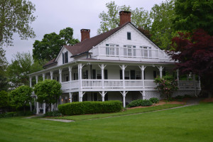Exterior view of Apple Valley Inn.