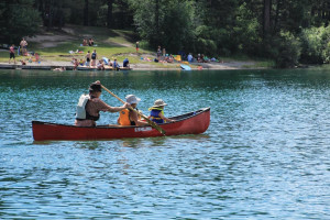 Family canoeing at Lantern Bay Resort.