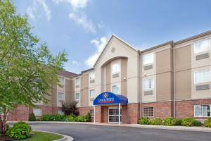 Exterior view of Candlewood Suites St. Robert.