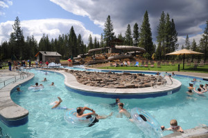 15 minutes to Waterpark with a tot pool and sand play area, cafe, picnic area, playground, basketball court, boccie ball court, in Sunriver.