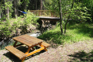 Picnic area at Windermere Creek Bed & Breakfast Cabins.