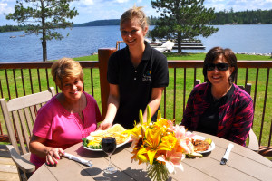 Outdoor dining at Voyagaire Lodge and Houseboats.