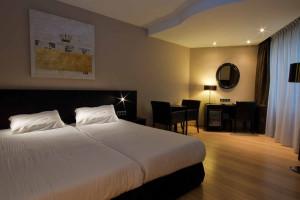 Guest room at Alfa De Kayser Hotel.