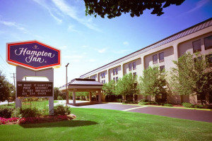 Exterior view of Hampton Inn Long Island-Islandia.