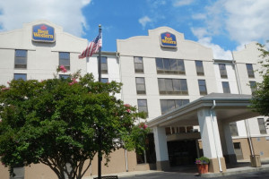 Exterior View of Best Western Suites Near Opryland
