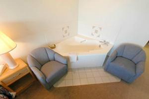 Guest hot tub at Aspen Lodge.