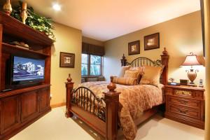 Vacation rental bedroom at SummitCove.