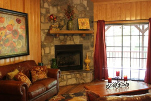 Cabin living room at Beavers Bend Getaway.