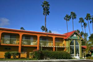 Exterior view of Vagabond Inn Costa Mesa.