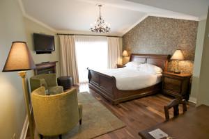 Guest bedroom at Eganridge Resort, Country Club & Spa.
