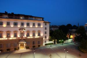 Exterior view of Grand Hotel Villa Medici.