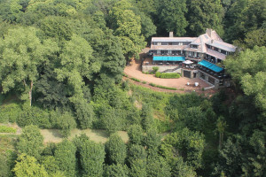 Exterior view of Hostellerie du Mont Kemmel.