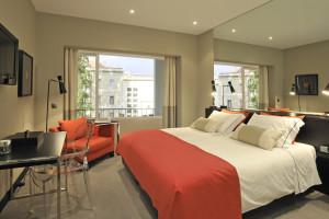 Guest room at Hotel Tivoli Jardim.