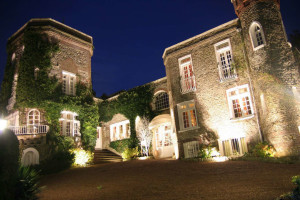 Exterior view of Hotel Le Donjon.