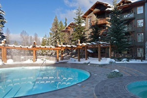 Outdoor pool and jacuzzi at Whistler Premier Resort.