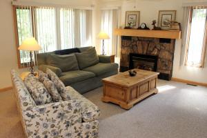 Cabin living room at Sunnyside Knoll Resort.