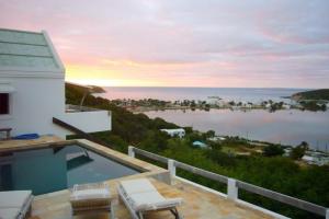 Outdoor pool at Island Dream Properties.