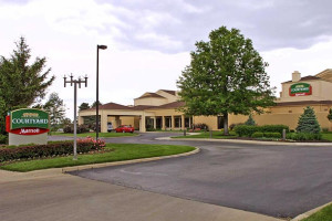 Exterior view of Courtyard by Marriott Kansas City South.
