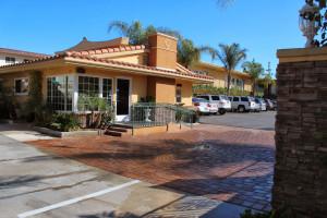 Exterior view of Islander Inn & Suites.