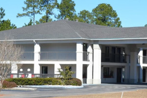 Exterior view of Magnuson Inn and Suites Gulf Shores.