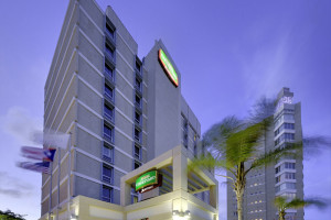 Exterior view of Courtyard by Marriott San Juan Miramar.