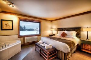 Jacuzzi suite at Elk Ridge Resort.