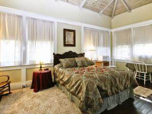Cabin bedroom at Spicer Castle Inn.
