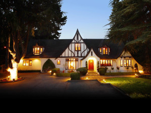 Exterior view of Candlelight Inn.