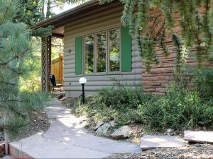 Cabin exterior at Sunnyside Knoll Resort.