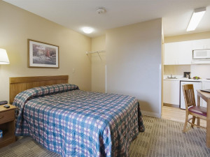 Guest room at Crossland Detroit - Livonia.