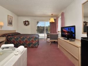 Guest room with jacuzzi at Cliffside Resort.