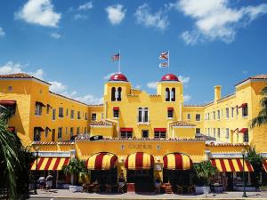 Exterior view of Colony Hotel & Cabana Club.