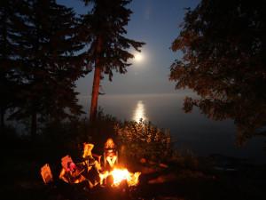 Family around the fire at Solbakken Resort.