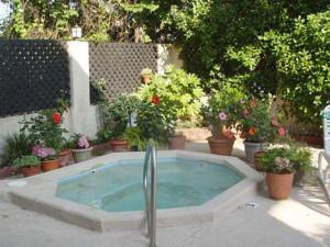 Outdoor whirlpool at Serendipity Inn.