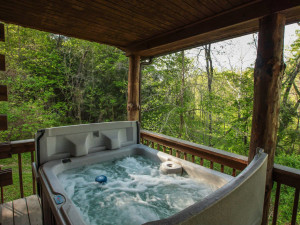 Chalet hot tub at Old Man's Cave Chalets.