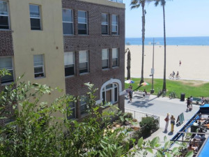 Exterior view of Su Casa At Venice Beach.