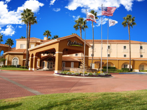 Exterior view of Radisson Suite Hotel Rancho Bernardo.