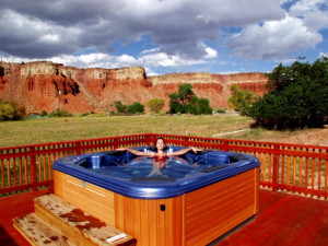 Outdoor hot tub at The Lodge at Red River Ranch.