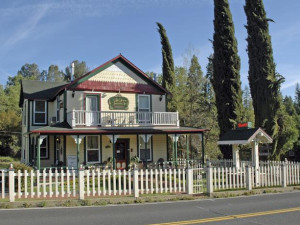 Exterior view of All Seasons Groveland Inn.
