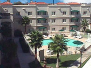 The Windmill Suites of Chandler courtyard