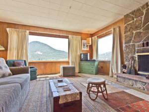 Vacation rental living room at EstesParkRentals.com.